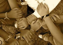 mains d'enfants qui se lient